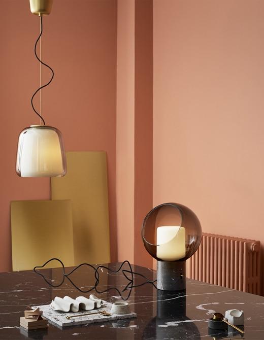 Ikea.Lampada a sospensione e lampada da tavolo EVEDAL con dettagli in marmo e ottone__201911_idip19a_02_PH154297